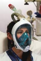 Die Tauchermaske von Decathlon kann mit Hilfe einfacher Handgriffe zu einer Maske umfunktioniert werden, die zur Beatmung von Coronapatienten verwendet werden kann.