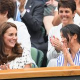 """Von Rivalität oder angespannterStimmung ist zwischen Kate und Meghan nichts zu spüren. Sie seiencharakterlich unterschiedlich, kämen """"aber gut miteinander aus""""und hätten """"einen enormen Respekt füreinander"""", sagen Insider zum Magazin """"Elle"""" und """"Vanity Fair"""".Meghan bewundere Kate dafür, nie einen falschen Schritt zu machen. Kate wiederum sei sich bewusst, wie Meghan sich als Neuling in der Königsfamilie fühle und gebe sich als erfahrene Royal große Mühe,ihrer Schwägerin zu helfen. """"Sie sind nur zwei verschiedene Menschen mit unterschiedlichen Interessen in verschiedenen Phasen ihres Lebens, aber das bedeutet nicht, dass es ein(...)Zerwürfnisgibt"""", so die Quelle."""