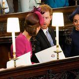 Die Wartezeit auf das Brautpaar vertreiben sich Kate und Meghan - mal wieder - mit einem Schwätzchen. Auch Harry darf mitmachen. Was die Öffentlichkeit zu diesem Zeitpunktnicht weiß und erst drei Tage später erfährt: Meghan ist mit ihrem ersten Kind schwanger.