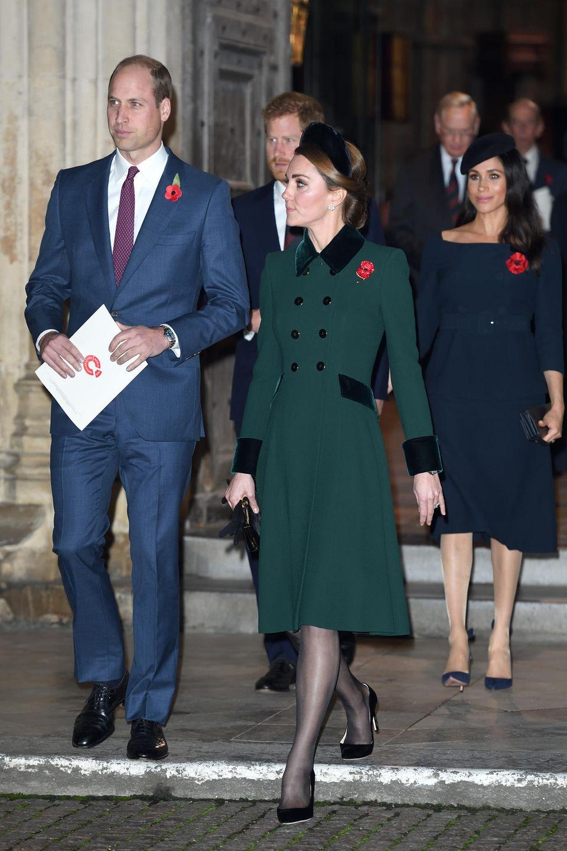 """Die zentrale Frage unter Royal-Fans und in der Presse: Haben sich die Paare etwa zerstritten? """"Mit der Zeit sind beide sehr unterschiedliche Menschen geworden"""", befeuertein Freund der Brüder gegenüber """"The Sunday Times"""" die Spekulationen.  Gemäßigtere Quellen behaupten, Harry und Meghan wünschen sich einen eigenen Rückzugsort mit mehr Platz für die Zeit nach der Geburt ihres Kindes. Was niemand ahnt: Die Gerüchte um den Umzug der Sussexes sind erst der Anfang eines royalen Dramas, das fast vierzehn Monate später im Rücktritt von Harry und Meghan als Senior Royals enden wird."""