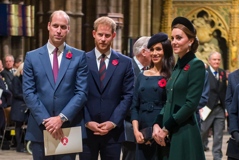 11. November 2018  Kate und Meghan lächeln, als sie mit einem Gottesdienst in der Westminster Abbey das Ende des Ersten Weltkrieges feiern. DasVereinigte Königreich ist unterdessen in Aufruhr: Seit zwei Wochen brodelt die Gerüchteküche,dass Harry und Meghan den Kensington Palast, in dem auch Kate und William wohnen, verlassen werden.