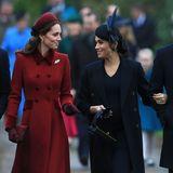 """Kate und Meghan trotzen den Gerüchten und präsentieren sich als das perfekte Herzoginnen-Duo.Doch kann man dem zur Schau gestellten Frieden trauen? Nein, sagt Körpersprache-Expertin Judi James zu""""Daily Mail"""".""""Sie gehen im Gleichschritt und kopieren einander die ganze Zeit – ein (...) Zeichen von erzwungener Freundschaft.""""  Insider berichten der Zeitung """"The Sun"""",dass Kate wegen Meghan sogar """"in Tränen ausgebrochen"""" sei.Ereignet haben soll sichder Zwischenfall kurz vor der Hochzeit von Harry und Meghan, als Kates Tochter ein Kleid anprobiert habe. Meghan habe nur das Beste gewollt - ein Anspruch, dem die Anprobe nicht gerecht geworden sein soll."""