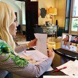 """Für Modeschöpferin Donatella Versace konferiert regelmäßig mit ihrem Team per Video. Sie freut sich jeden Tag darauf, und zwar """"nicht nur wegen der Arbeit, sondern auch, um mit jemandem zu reden und zu lachen. Das ist genau so wichtig"""", wie sie auf Instagram beteuert."""