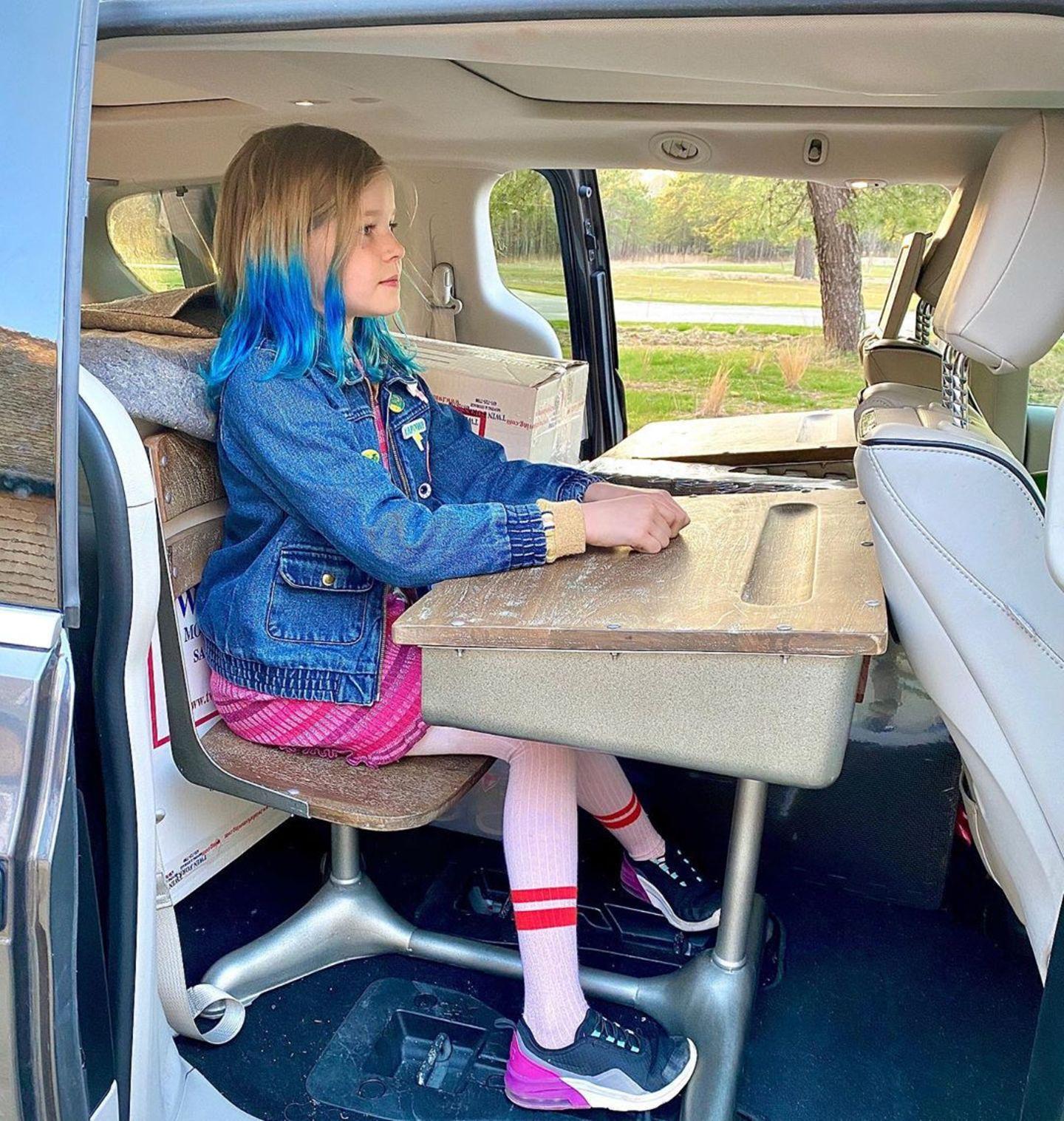 """Ist das in der Coronaviruskrise die Art, einen Klassenausflug zu machen? Harper Grace, die Tochter von Neil Patrick Harris und David Burtka, betreibt kein """"Social Distancing"""", sondern hält so ihre Distanz zur Schule."""