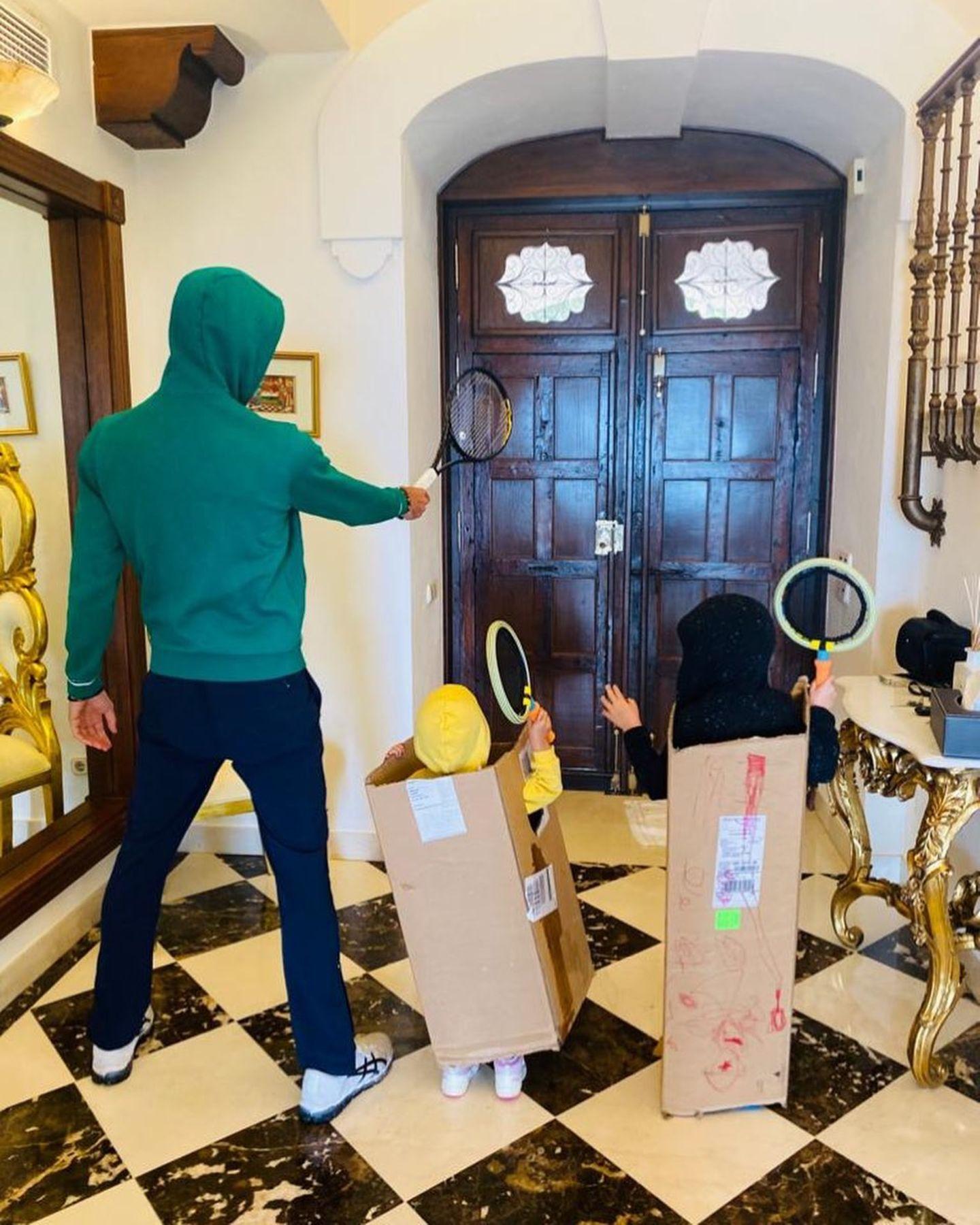 Tennis-AssNovak Đoković hält mit seinen Kindern Tara und Stefan die Stellung. Das familiäre Heim wird mit Tennisschlägern verteidigt und für die Kleinen gibt es einen kreativen Schutzpanzer.