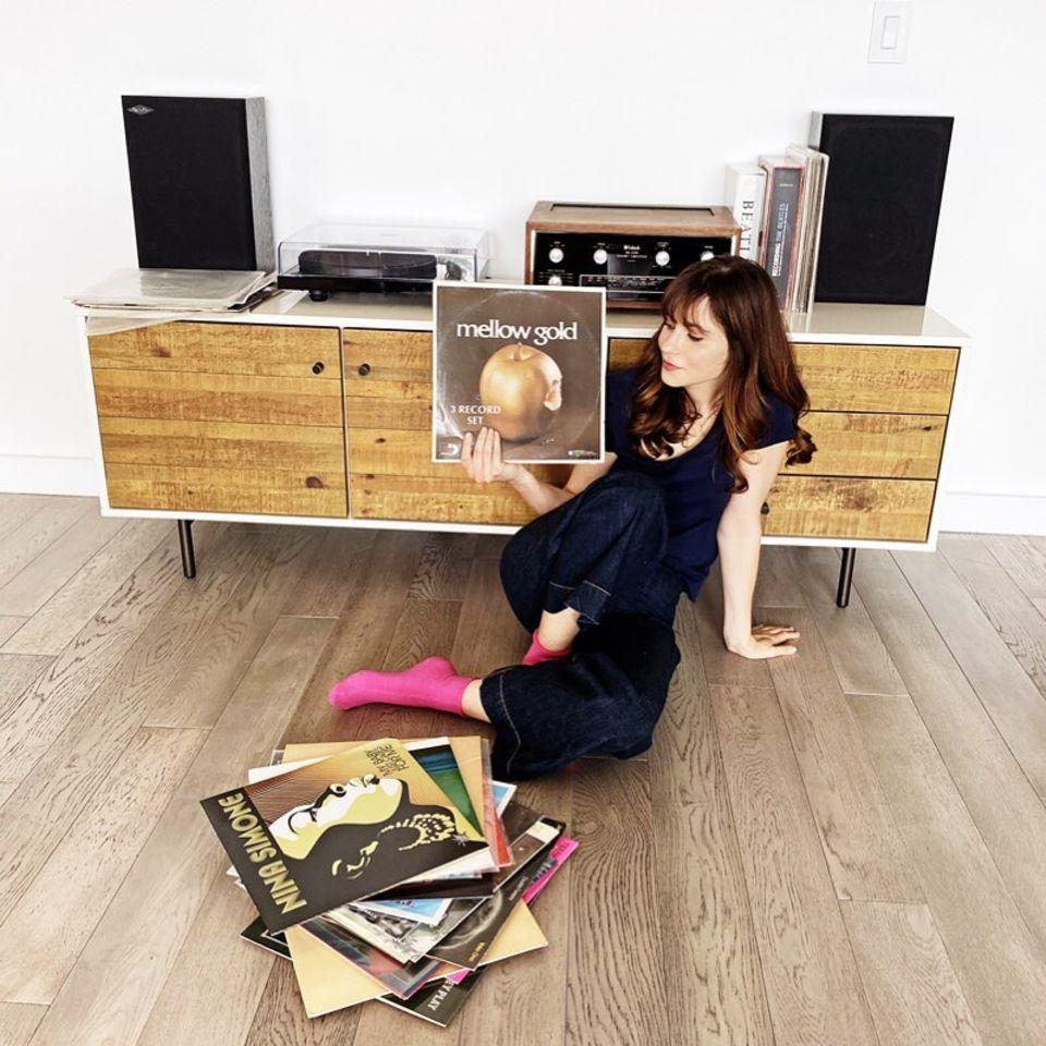 Für jeden Tag dieser Quarantäne-Woche sucht Zooey Deschanel eine LP zum Dinner heraus. Die Schauspielerin und Sängerin nutzt dafür ihren Plattenspieler und hört die Musik ganz old-school-mäßig analog