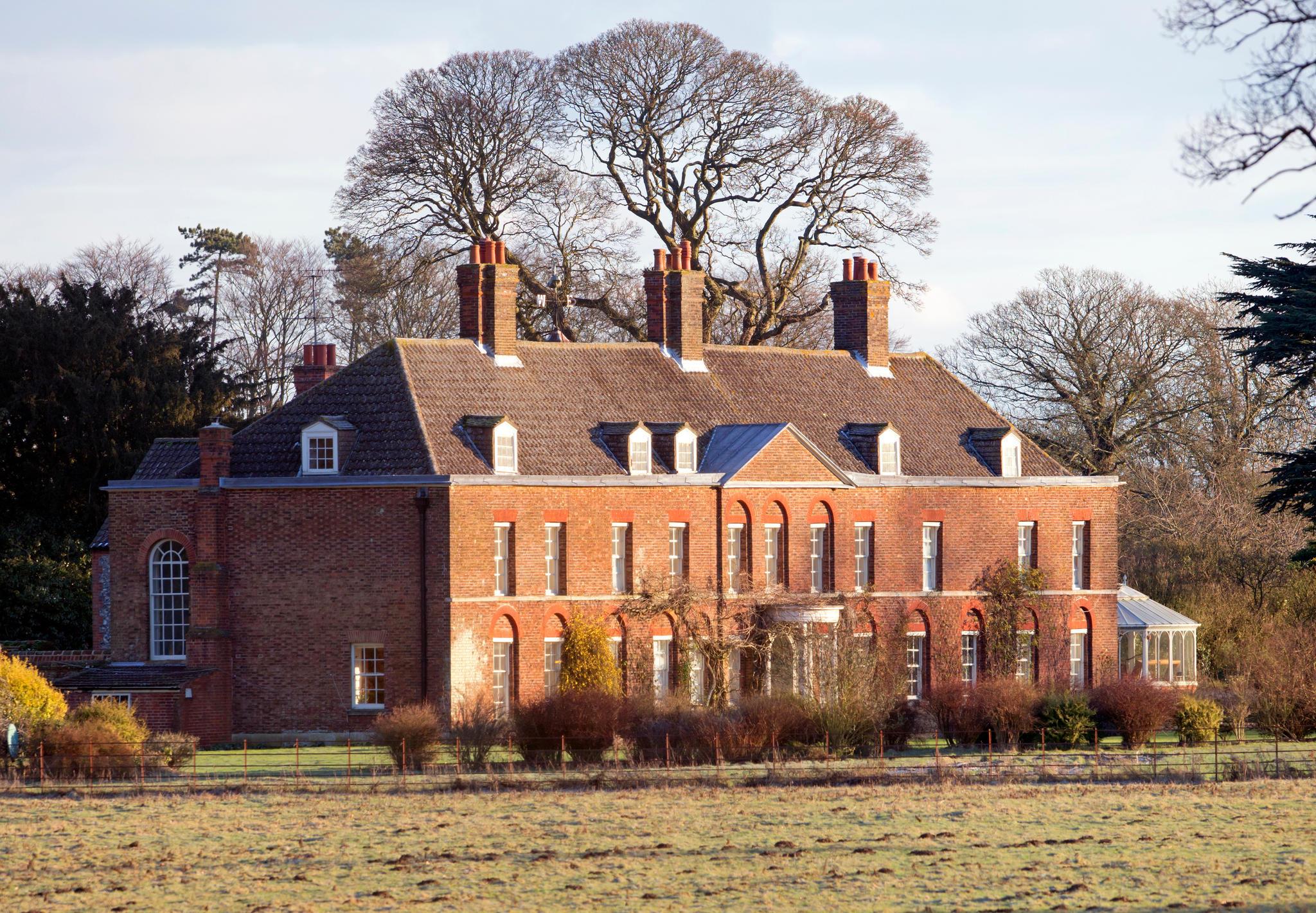 Die Vorderseite von Anmer Hall, dem Landsitz von Herzogin Catherine und Prinz William. Hier hatten sie während Williams Zeit als Pilot bis 2017 ihren Hauptwohnsitz.