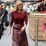 Während Meghan bei ihrem weinroten Leder-Look auf puren Luxus setzt, greift Amanda Holden auf bodenständige Labels zurück. Zum Karen-Millen-Rock kombiniert sie einen dünnen Pullover von Zara.