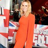 """Herzogin Meghans rotes Cape-Kleid hat jetzt schon fast Kult-Status, ein Look jedoch, den Amanda Holden in ähnlicher Ausführung 2019 bei """"Britain's got Talent"""" anhatte. Dank Designer Alex Perry hatte auch Amanda ihren schillernden """"Lady in Red""""-Moment."""