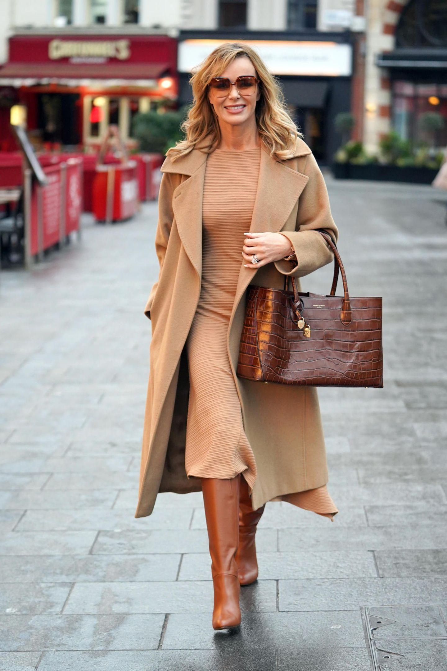 ...den wir auch schon ähnlich bei Amanda Holden gesehen haben. Anstatt auf einen dunkelbraunen Rocksetzt sie auf eine kastanienbraune Tasche und dunkelbraune Stiefel.