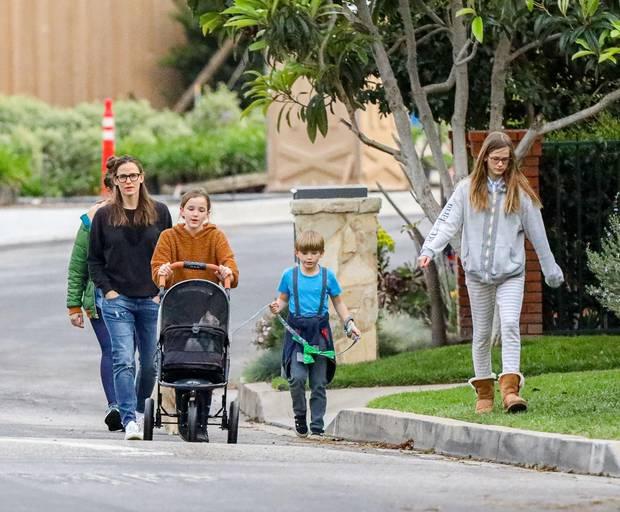 30. März 2020  Selten sieht man Jennifer Garner mit allen drei Kinder zusammen bei einem Ausflug. Die Schauspielerin macht mit ihren Kindern Seraphina, Sam und Violet einen kleine Pause von ihrer Quarantäne. Hat die Familie etwaZuwachs bekommen? Nein, Seraphina findet, dass auch die Katze einen Break braucht und fährt sie im Kinderwagen spazieren.