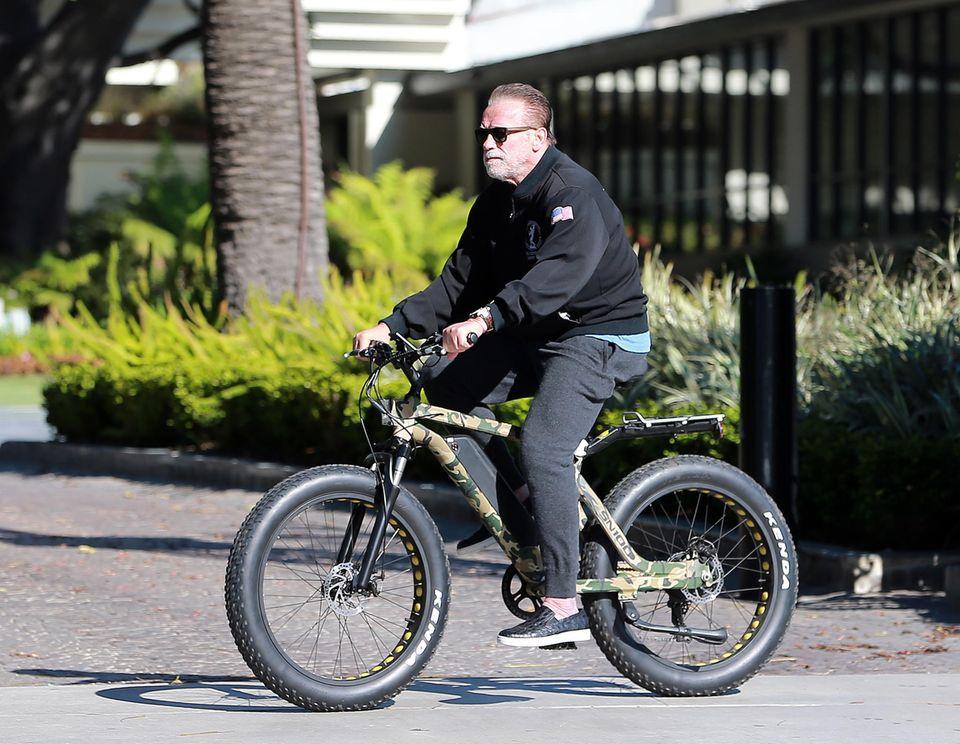 """Arnold Schwarzenegger macht mit seinem Elektro-Bike die Straßen von Santa Monica unsicher. Pikantes Detail: Am selben Tag fordert seine Tochter Katherine den Bürgermeister von L.A. auf, die lokalen Wochenmärkte zu schließen, um """"Social Distancing"""" verstärkt durchzusetzen."""