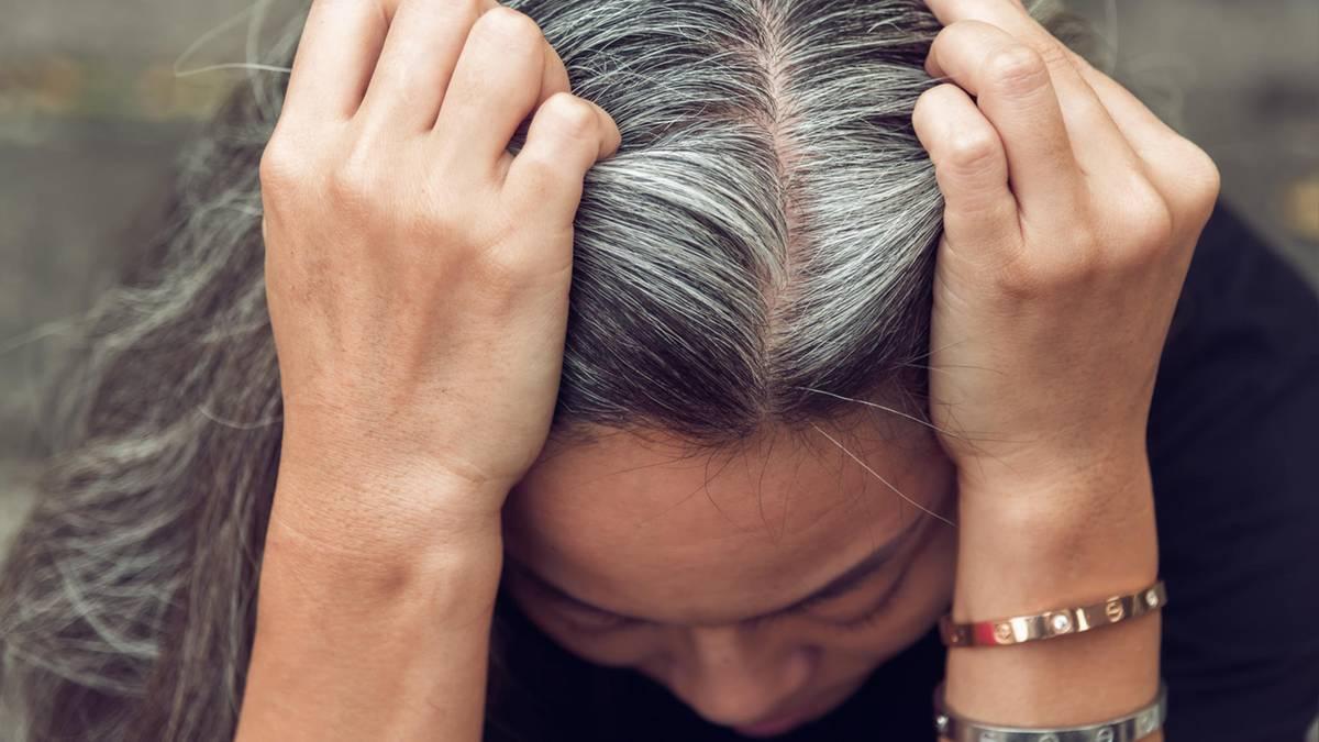 Friseur geschlossen: 92-Jähriger färbt seiner Frau die Haare
