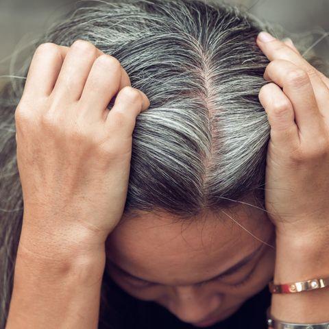 Ein Ehemann griff, aufgrund der geschlossenen Friseurläden während der Coronapandemie, einfach selbst zum Farbpinsel und färbte seiner Frau die Haare (Symbolbild)