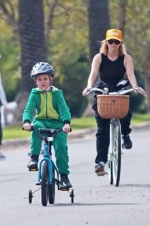 Mit Argusaugen überwacht Reese Witherspoon die Fahrversuche ihres Sohnes Tennessee Toth in Los Angeles. Hoch konzentriert radeltTennessee mit seinem Kinderfahrrad seiner Mama fast davon. Noch braucht er dafür die Stützräder, aber vielleicht ja nicht mehr lange.