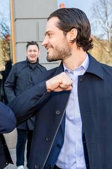 1. April 2020  Prinz Carl Philip trifft sich mit Repräsentanten der Gastronomie in Stockholm, um sich über Sorgen und Nöte der lokalen Anbieter in der Coronaviruskrise zu informieren. Der Prinz begrüßt Andreas Stenberg mit dem Corona-Ellenbogen-Gruß.