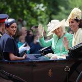 8. Juni 2019  Herzogin Meghan meldet sich nach einer fast dreimonatigen Babypause zurück: Sie erscheint in Begleitung von Prinz Harry und der Königsfamilie bei Trooping the Colour.Das Event ist das Highlight im Terminkalender für Royal-Fans. Bei der Kutschfahrt wirken sowohl Meghan als auch Kate und Harry entspannt. Und das ist auch gut so: Heute stehtdie Queenim Mittelpunkt, nicht ein vermeintliches Zerwürfnis.