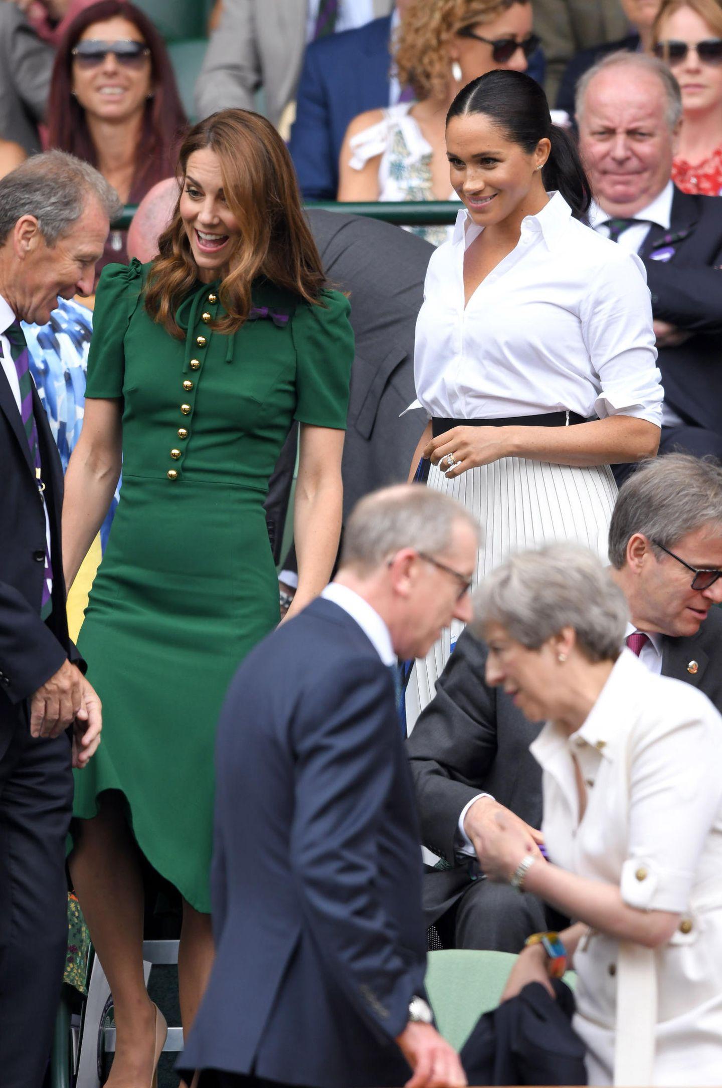 13. Juli 2019  Nächster PR-Versuch drei Tage später: Kate und Meghan erscheinen,wie im Jahr zuvor, beim Wimbledon-Turnier.Für Meghan ist es heute eine Herzensangelegenheit: Ihre enge Freundin Serena Williamssteht in der Endrunde und kämpft gegen Simona Halep um ihren achten Wimbledon-Titel.