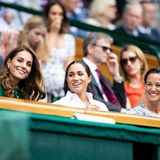 Die Herzoginnen nehmen in der Royal Box direkt am Centre Court Platz. Mit dabei ist auch Kates Schwester Pippa Middleton, die links neben Meghan sitzt. Die beiden Royal Ladys sind darauf bedacht, die Streit-Gerüchte der letzten Wochen ein für alle Mal aus der Welt zu schaffen. Es wird getuschelt, geklatscht und immer wieder lachen die beiden auchmiteinander. Ein deutlich gelungenerer Auftritt als der beim Polo-Spiel.