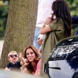 """10. Juli 2019  Welch Freude für Royal-Fans: Auch Kate, Meghan und die Kinder sind zum Polo-Spiel gekommen. Der Auftritt, der vermutlich als PR-Maßnahme vom Palast initiiert worden ist, kann nicht überzeugen: Es herrscht mehr oder weniger Funkstille zwischen den Frauen.  Judi James, Expertin für Körpersprache, sagt """"Daily Mail"""":""""Was wir sehen, scheinen zwei Mütter zu sein, die in ihre eigenen Welten versunken und verloren sind."""" Während Kate sich auf George, Charlotte und besonders den einjährigen Louis konzentriert, habe Meghan nur Augen für Archie. """"Dies könnte ein bewusster Versuch sein, einander auszuweichen"""", urteilt James."""