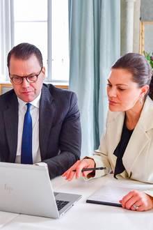 Prinz Daniel sowie Prinzessin Victoria machen sich während des Online-Meetings fleißig Notizen.