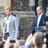 """18. Mai 2018  Stolz wie Oskar erscheint Prinz Harry in Begleitung von William am Vorabend der Hochzeit mit Meghan vor den Toren Schloss Windsors. Die Brüder mischen sich unter das Volk, um mit Fans die Freude über das Jawort zu teilen.  In einem Interview anlässlich seines 21. Geburtstages 2005 sagte Harry über William: """"Jahr für Jahr kommen wir uns näher (...). Und ja, er ruft mich an, wenn ich unterwegs bin, und umgekehrt. Es ist schon erstaunlich, wie nahe wir einander sind. Er ist der eine Mensch auf der Welt, mit dem ich wirklich ... wir können über alles redenund wir verstehen uns, unterstützen einander."""""""