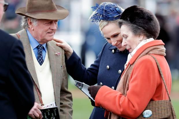 Andrew Parker Bowles mit Zara Tindall und Prinzessin Anne beim Cheltenham Festival am 10. März 2020