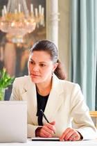 Auch Prinzessin Victoria zeigt sich aus dem Home-Office: Zwar mit Blazer aber dafür ganz ungeschminkt und mit simplem Zopf.