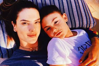 Auch Alessandra Ambrosio unterstützt die #StayHome-Kampagne und macht uns die Freude, uns mit diesem Selfie ihren inzwischen siebenjährigen Sohn Noah Phoenix zu zeigen. Ganz schön groß geworden, der Kleine.