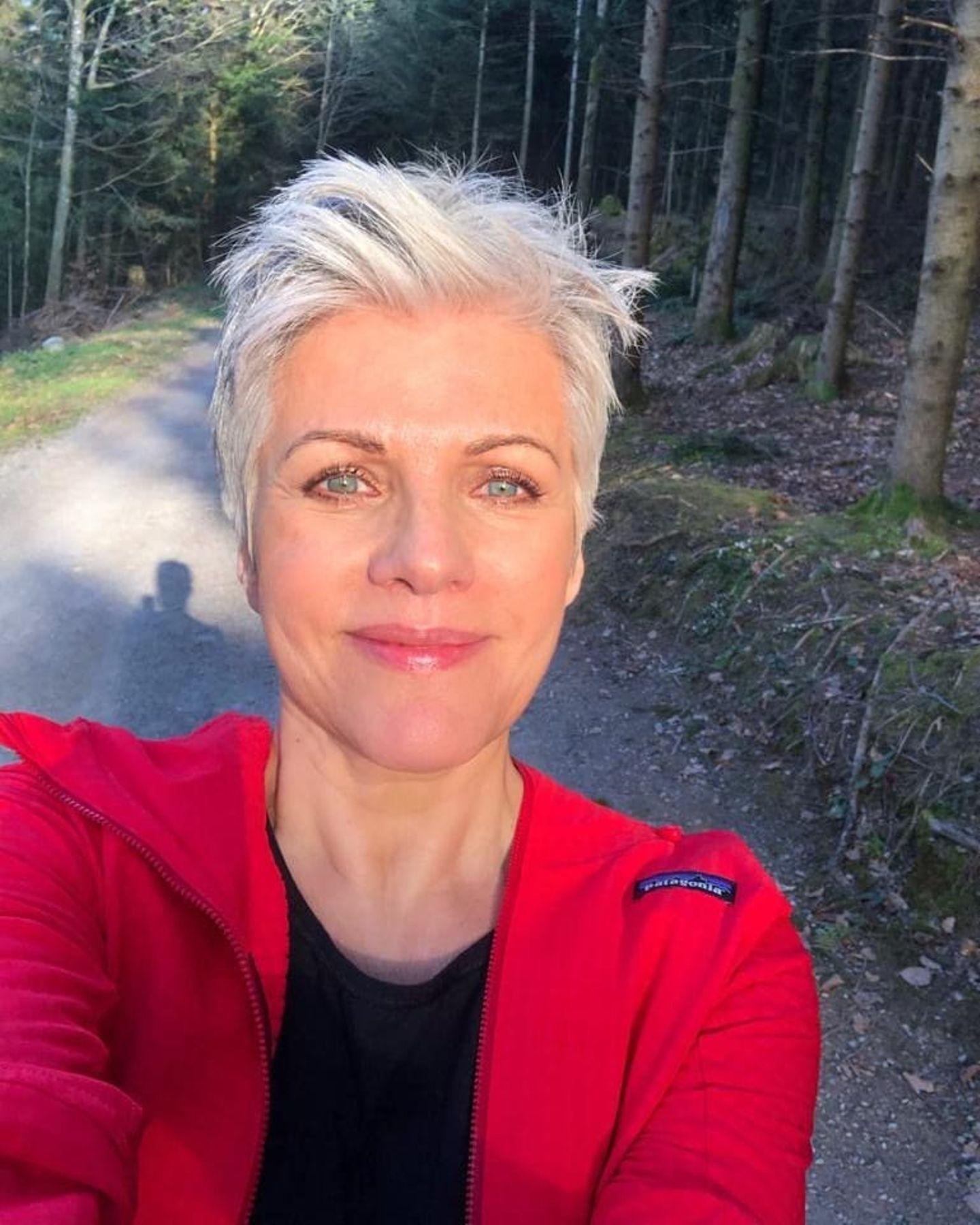 """Eine andere Möglichkeit, die Zeit gut zu überstehen, schlägt Birgit Schrowange auf ihrem Instagram-Account vor: """"Ihr Lieben, um den Kopf frei zu bekommen mache ich am liebsten jeden Tag einen Waldspaziergang. Die Natur tut mir einfach gut. Wir alle brauchen schöne Momente, gerade jetzt in diesen schwierigen Zeiten."""""""