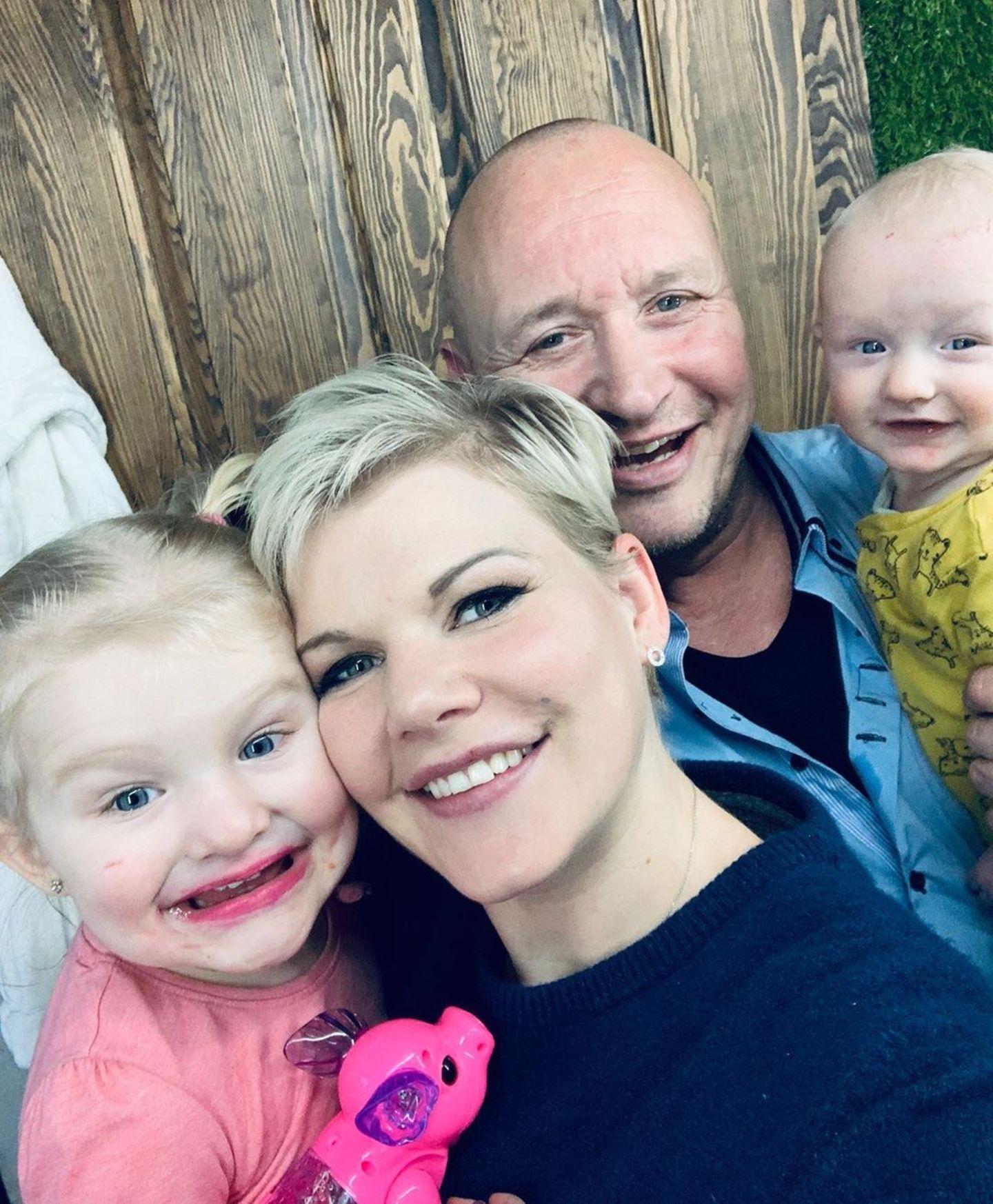 Kurz vorm Durchdrehen in der heimischen Quarantäne ist Ex-Bachelor-Kandidatin Melanie Müller. Doch bevor es soweit ist, lächeln Tochter Mia Rose, Ehemann Mike Blümer und Söhnchen Matty noch einmal in die Kamera.