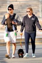 1. April 2020  Familienglück im Sonnenschein: Amy Schumer, ihr Mann Chris Fisher und Sohnemann Gene genießen zusammen mit ihrem süßen Hund Tati ihren sonntäglichen Spaziergang durch die leeren Straßen von New York.