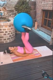 Sarah Lombardi: Bauchmuskelübung mit Gymnastikball