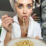"""Genussvoll zieht Chiara Ferragni große Eier-Spaghetti in den Mund. Bei ihr gibt es heute """"Cacio e Pepe"""", was soviel heißt wie Käse und Pfeffer. Das Gericht ist eines der ältesten der römischen Küche und offensichtlich sehr schmackhaft."""