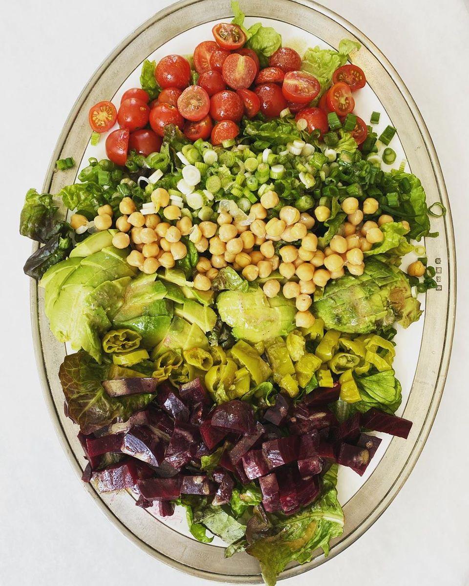 """Gwyneth Paltrow setzt diesen Salat als Gegenmittel zu digitalem Informationsüberfluss ein. """"Gegenmittel zu Zoom/Slack/Teams/Highfive-Zeit... den ganzen Kram klein schneiden und verdrücken. 10 Minuten schneiden und jede Menge Zeug aus dem Kühlschrank verbraucht"""", klärt sie auf Instagram auf."""