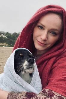 Diese beiden sind in den Regen gekommen. Gott sei dank hatte Christina Hendricks Handtücher parat, um sich und ihren Liebling zu trocknen.