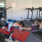 """""""Ich liebe das gute Gefühl nach einem intensiven Homeworkout"""", kommentiert Ana Ivanovic ihre Sport-Schnappschüsse auf Instagram. Auch diese Balance-Übung gehört zu ihrem Lieblingsrepertoire."""