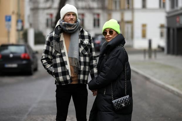 Die Mützen auf den Köpfen von André Schürrle und seiner Frau Anna verstecken ihre Frisuren so gut, dass sie kaum zu erkennen sind. Womöglich aus gutem Grund, denn einer der beiden hat seine Haare ab!