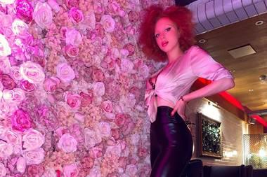 Ob Anna Ermakova Frühlingsgefühle hat? Verstehen wir bei der Rosenwand auf jeden Fall! Die Tochter von Boris Becker teile dieses Bild mit ihren Followern - inklusive sexy Look mit offener Satin-Bluse und Lederpants.