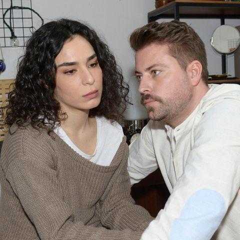 GZSZ: Shirin (Gamze Senol) und John (Felix von Jascheroff)