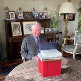 Prinz Charlesmeldet sich nach seiner Corona-Erkrankung zurück aus dem Homeoffice im Birkhall Room auf Schloss Balmoral. Nicht nur die Reihe von nostalgischen Bildern im Hintergrund fällt auf, darunter seine Mutter, die Queen als junges Mädchen, sondern auch sein improvisierter Aufbau für den Laptop.