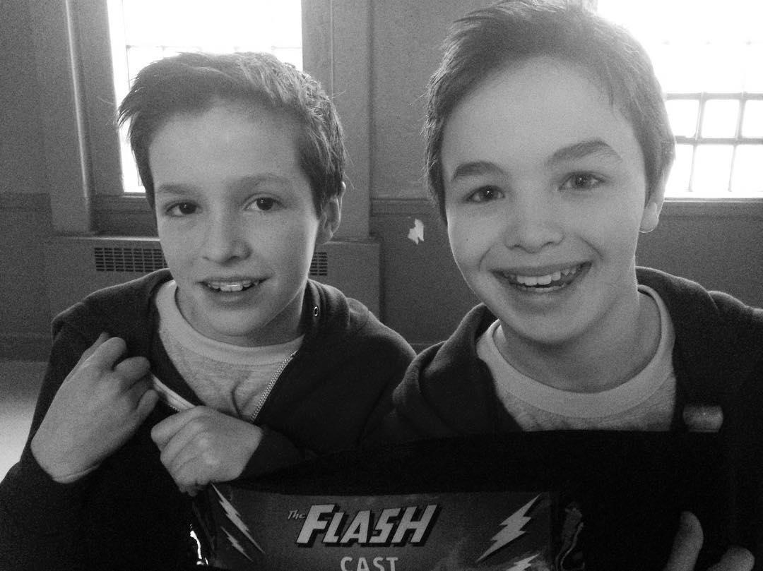 """Logan Williams (rechts) am Set von """"The Flash"""" mit seinem Stunt-Double"""