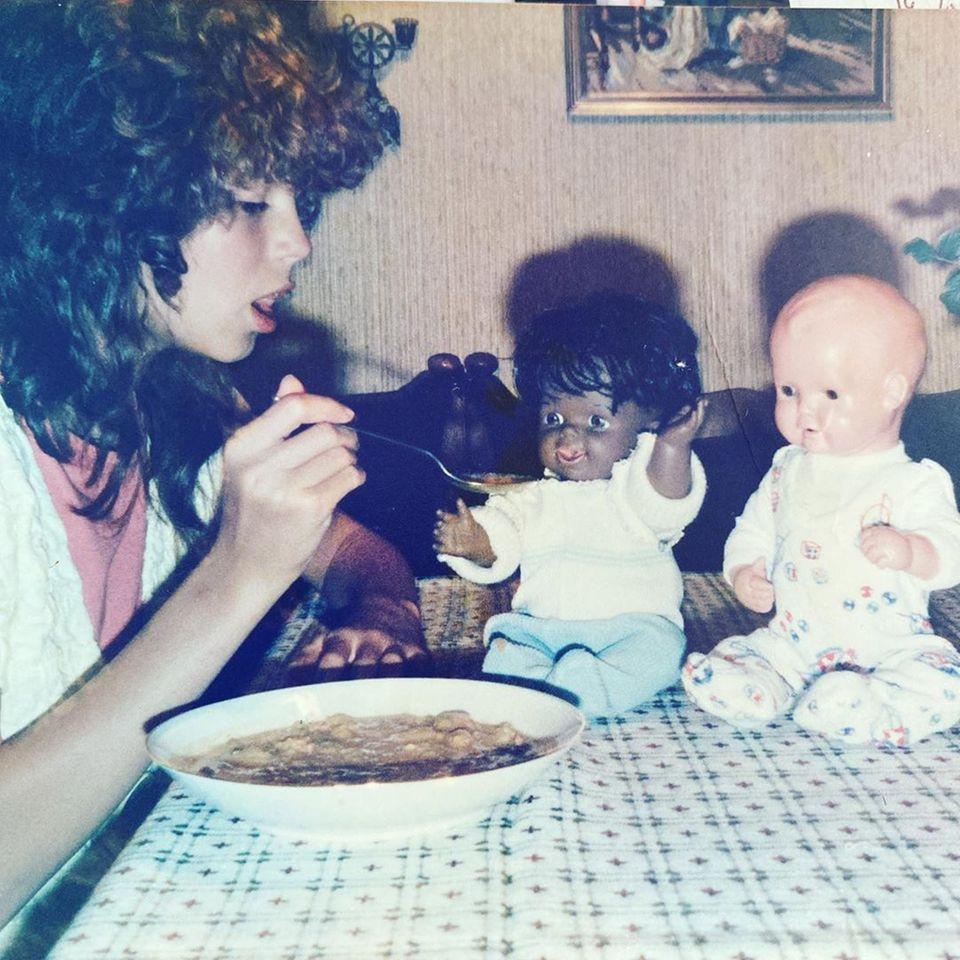 """3. April 2020  Heidi Klum postet dieses Throwback-Foto von sich auf Instagram. Mit elf Jahren füttert sie als dunkelhaariger Lockenkopf ihre """"Babies"""". Dagibt's ein Süppchen für's Püppchen."""