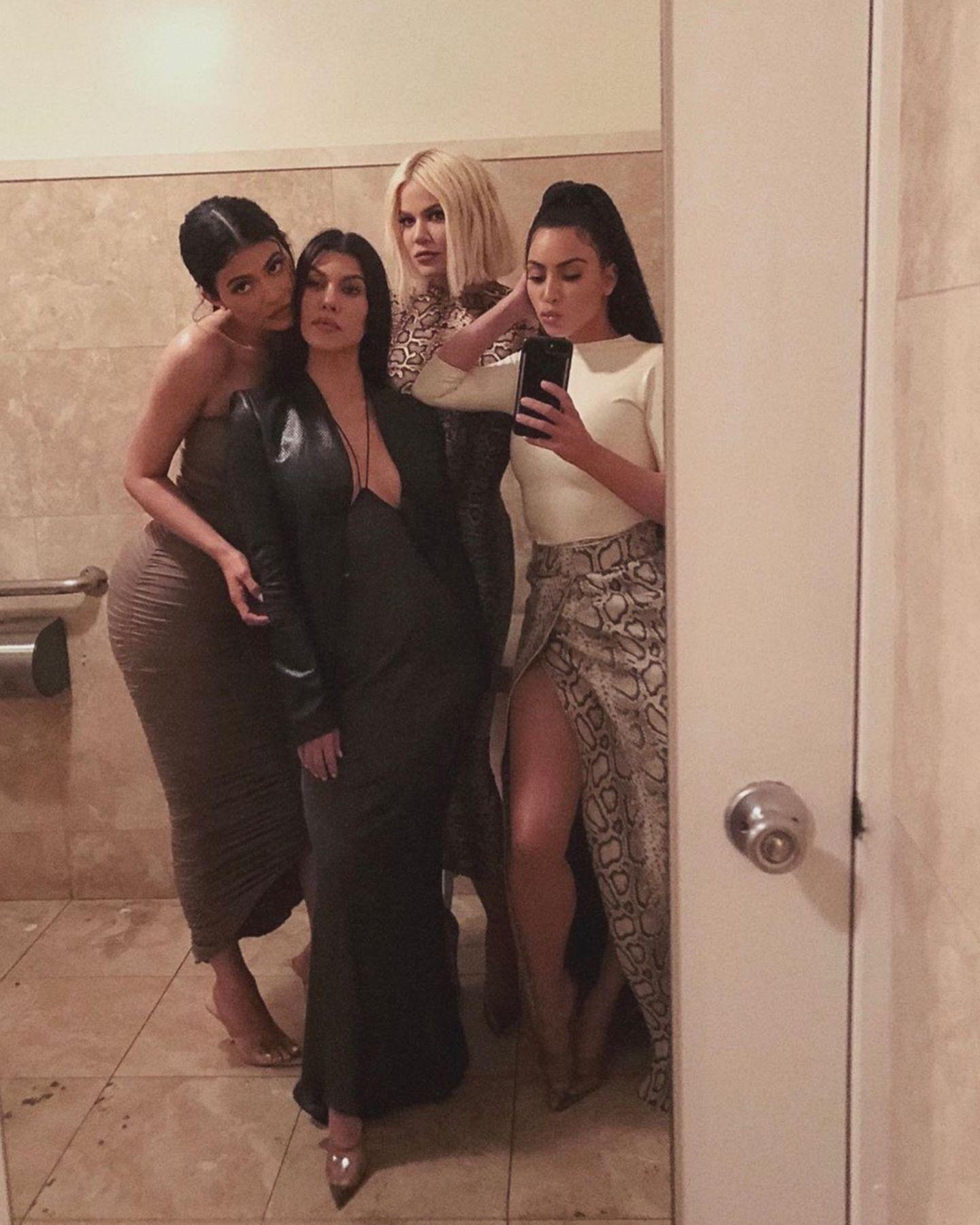 2. April 2020  Da war die Welt noch in Ordnung. Kim Kardashian postet ein Foto mit ihren SchwesternKylie Jenner,Khloé Kardashian und Kourtney Kardashian.Einzig Kendall Jenner fehlt, um das Quintett komplett zu machen. Inzwischen ist die Stimmung zwischen Kim und Kourtney erheblich frostiger geworden, nachdem beide sich in in ihrer Doku-Soap stritten und sogar handgreiflich wurden.