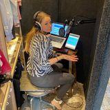 In der Not wird man erfinderisch. Synchronsprecherin und Moderatorin Jana Schölermann baut das Studio in ihrem Kleiderschrank auf.