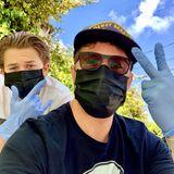 Wie der Vater, so der Sohn. Ryan Phillippe, Ehemann von Reese Witherspoon, ist mit dem gemeinsamenSohn Deacon unterwegs, um das Nötigste einzukaufen. Beide schützen sich mit Mundschutzmasken und Einweghandschuhen.
