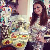 Singer-Songwriterin Sophie Ellis-Bextor liebt ihre Familie, und die liebt Pasta. Für sich und ihre drei Kinder Sonny, Kit und Ray gibt es Penne mit Tomatensoße. Bei der Klamotteist Kleckern auch kein Problem, die Soße lässt sich problemlos vom Pailletten-Outfit abwischen.