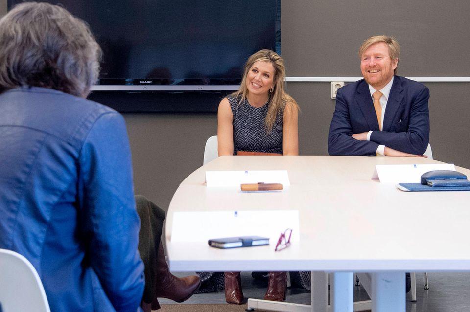 3. April 2020  Königin Máxima und König Willem-Alexander besuchen dasNationaleInstitutfür öffentliche Gesundheit und Umwelt in Bilthoven. Sie achten darauf, den nötigen Sicherheitsabstand zu gewährleisten und zeigen durch ihre Präsenz, wie wichtig es für sie ist, die Mitarbeiter zu unterstützen.