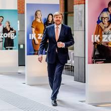 3. April 2020  Ohne seine Gattin nimmt König Willem-Alexanderdann noch einen Termin im Ministerium für Gesundheit, Gemeinwohl und Sport in Den Haag wahr. Auch dort geht es selbstverständlich um die Koordinierung zur Bewältigung der Coronakrise.