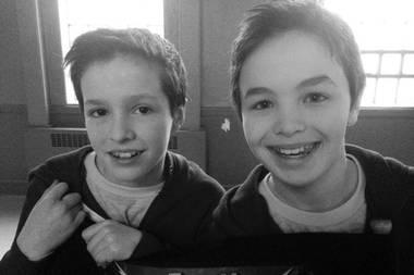 """2. April 2020  Der kanadische Schauspieler Logan Williams stirbt mit nur 16 Jahren. Williams spielte unter anderem den jungen Barry Allen inder amerikanischen Superheldenserie """"The Flash"""". Das Foto zeigt Logan Williams (rechts) am Set von """"The Flash"""" mit seinem Stunt-Double."""